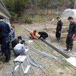 雨よけハウス2棟目建設中(1) 資材の準備中